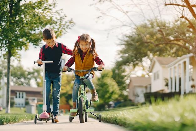Niños pequeños en un parque de otoño Foto gratis