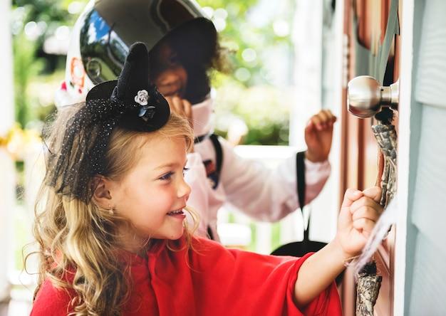 Niños pequeños truco o trato Foto gratis