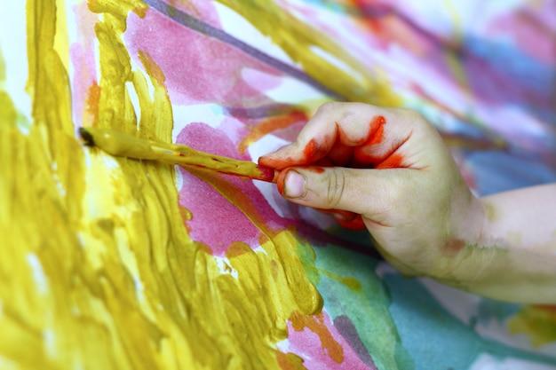 Niños pintor pequeño artista mano cepillo colorido Foto Premium