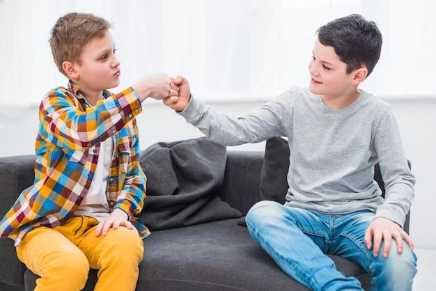 Niños en sofá Foto gratis