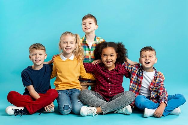 Niños sonrientes en el evento del día del libro Foto gratis