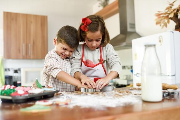 Ni os sonrientes que adornan las galletas de navidad en la for Cocina navidad con ninos