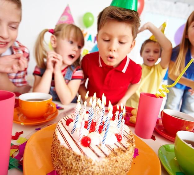 Niños soplando las velas en la fiesta de cumpleaños Foto gratis