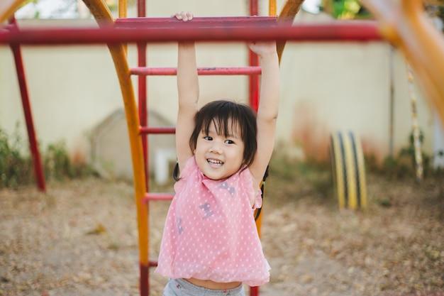Los niños con trastornos del desarrollo neurológico como el trastorno por déficit de atención con hiperactividad jugando. Foto Premium
