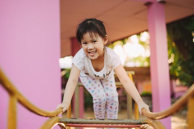 Los niños con trastornos del desarrollo neurológico como el trastorno por déficit de atención con hiperactividad Foto Premium