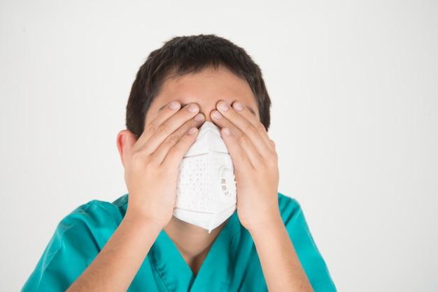 Los niveles peligrosos de la calidad del aire de la polución para el niño se enferman, la máscara de protección contra el desgaste del niño protege contra el polvo pm 2.5 Foto Premium