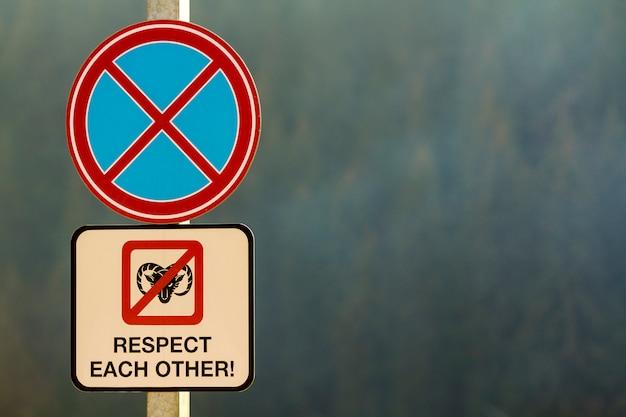 No estacione la señal de tráfico con palabras respete las unas a las otras Foto Premium