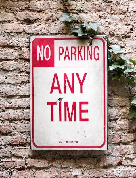 No hay señal de estacionamiento en una pared. Foto Premium