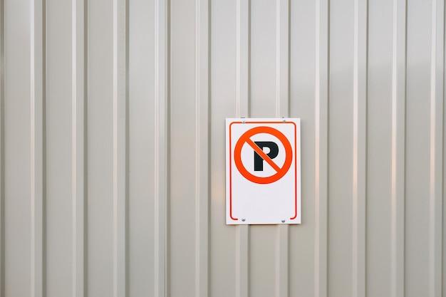 No hay señal de estacionamiento en una valla metálica Foto Premium