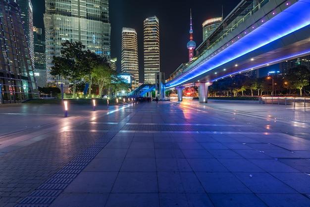Por la noche, puentes peatonales y rascacielos en shanghai, china Foto Premium
