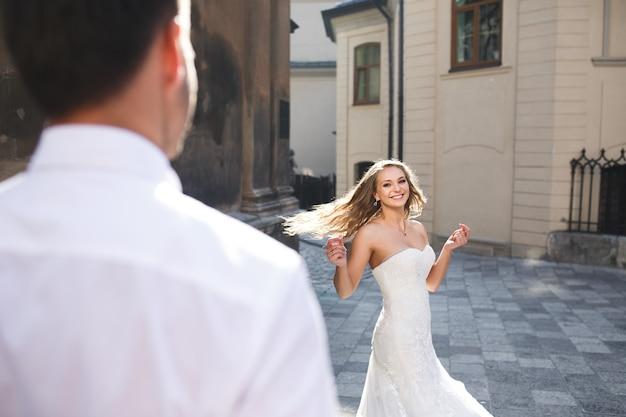 Follando a la amiga en frente de la novia