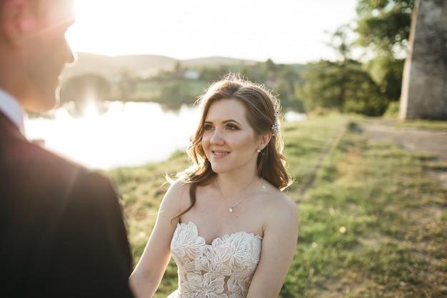 La novia feliz sonríe a su esposo Foto gratis