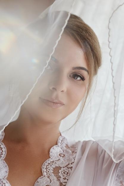 Novia de la mañana, mujer preparándose para la boda Foto Premium