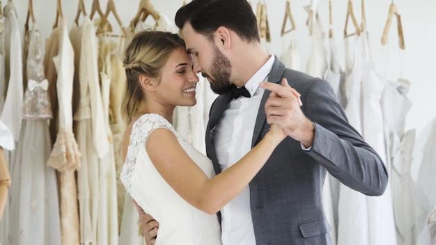 La novia y el novio en traje de novia preparan la ceremonia. Foto Premium