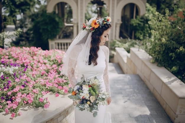 Novia paseando con una diadema de flores Foto Gratis