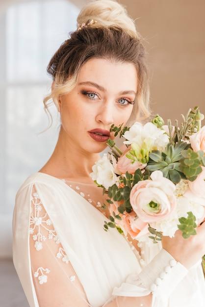 Novia con ramo de flores Foto gratis