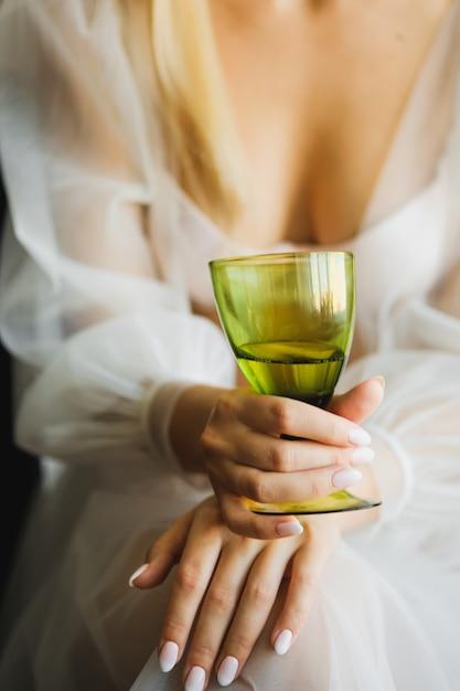 La novia sostiene una copa de champán. Foto Premium