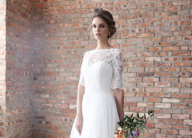 Novia en su vestido de novia Foto gratis