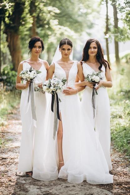 Novia con sus damas de honor en el bosque Foto gratis
