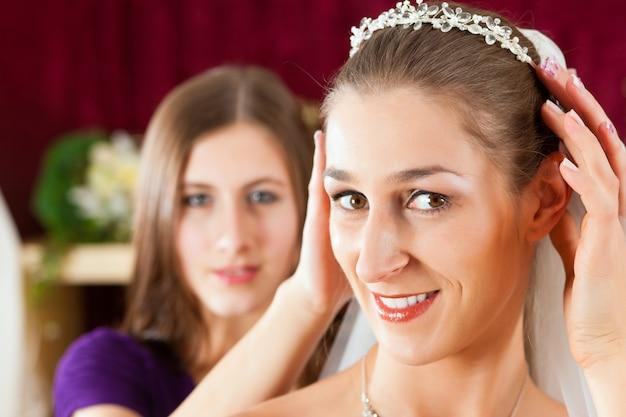 Novia en la tienda de ropa para vestidos de novia Foto Premium