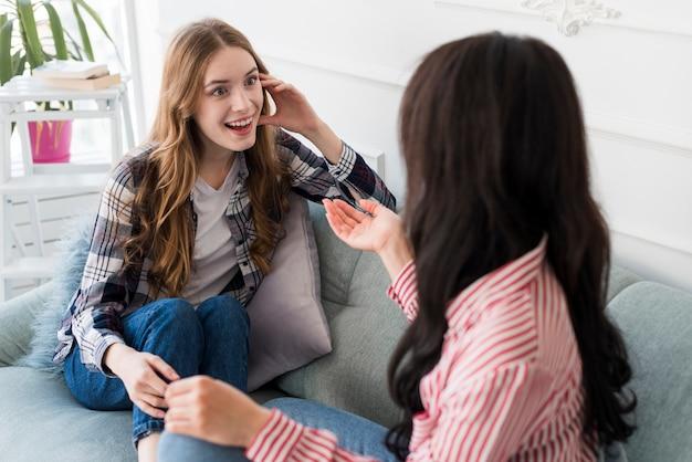 Novias charlando en el sofá Foto gratis