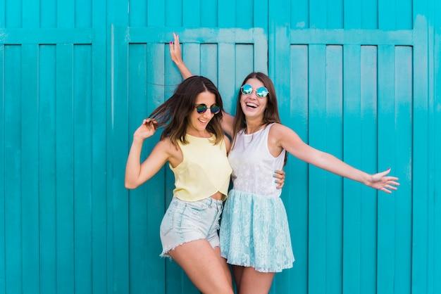 Novias felices jovenes que abrazan y que se divierten Foto gratis