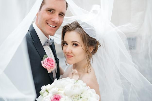 Novias felices son el día de la boda Foto gratis