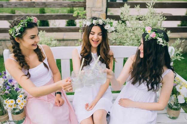 086a493a38 Las novias y la novia celebran la despedida de soltera antes de la boda  Foto Premium