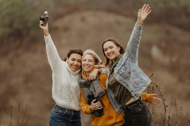 Novias sonrientes tomando fotos Foto gratis