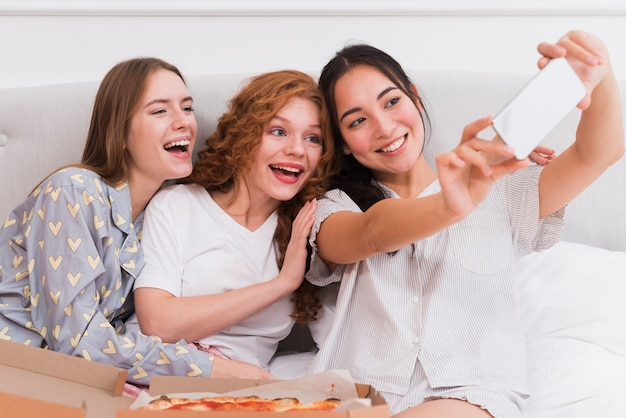 Novias sonrientes tomando selfies Foto gratis