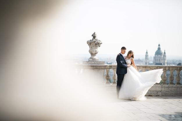 Novios en el día de su boda en budapest Foto gratis
