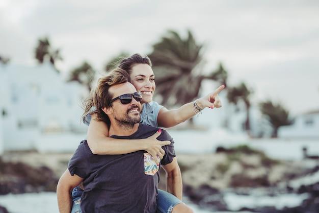 Novios en la playa Foto Premium