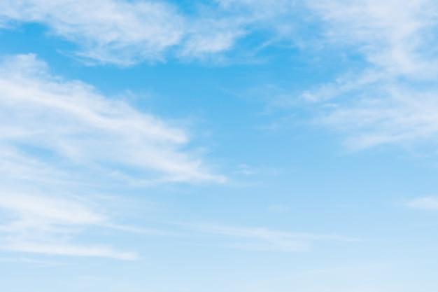 Nube blanca en el cielo azul Foto gratis