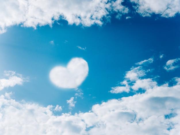 Nube en el cielo en forma de corazones. Foto Premium