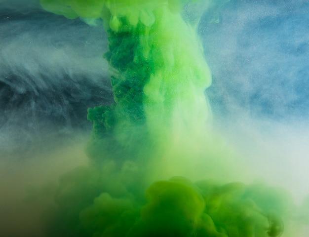Nube verde pesada abstracta entre neblina ligera Foto gratis