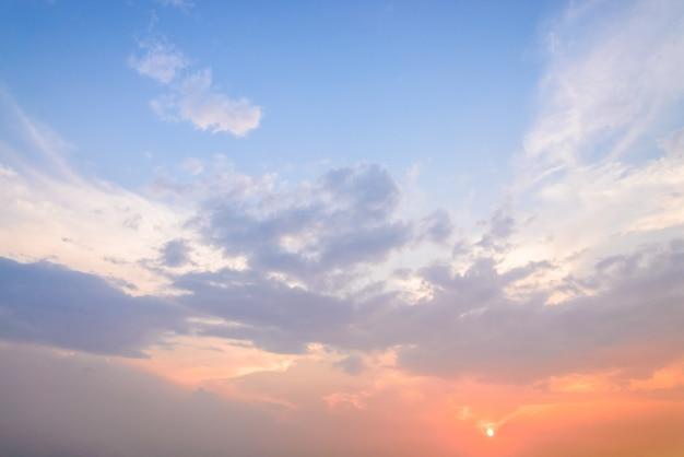 Nubes crepusculares Foto gratis