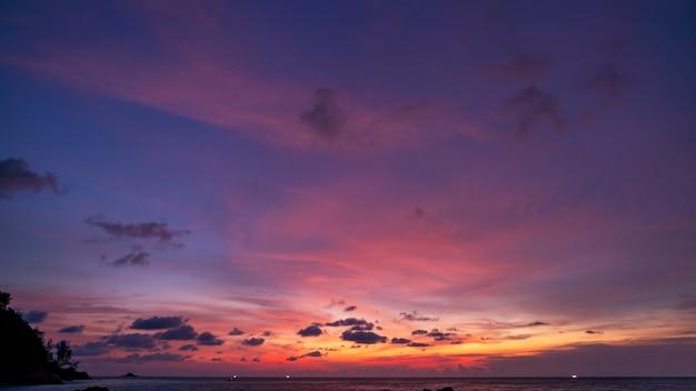 Nubes dramáticas increíble colorido cielo majestuoso sobre el mar en el tiempo de la tarde Foto Premium