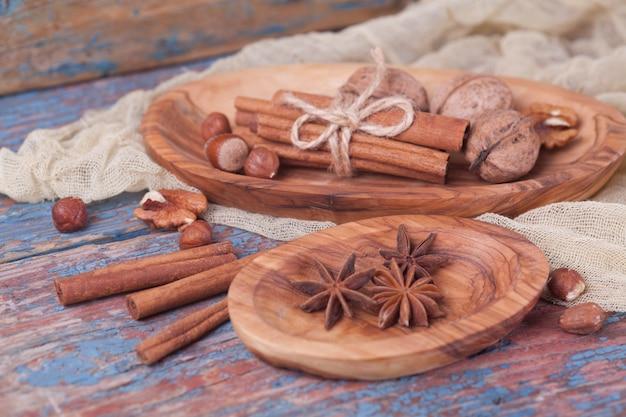 Nueces y avellanas anís en placas de madera. Foto Premium