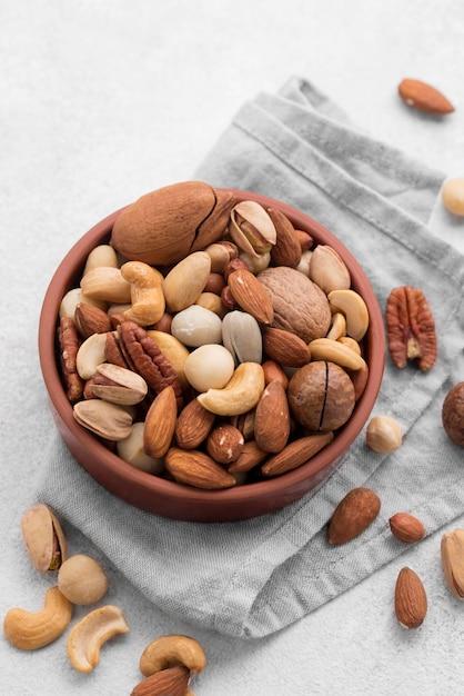 Nueces sobre paño de cocina Foto gratis