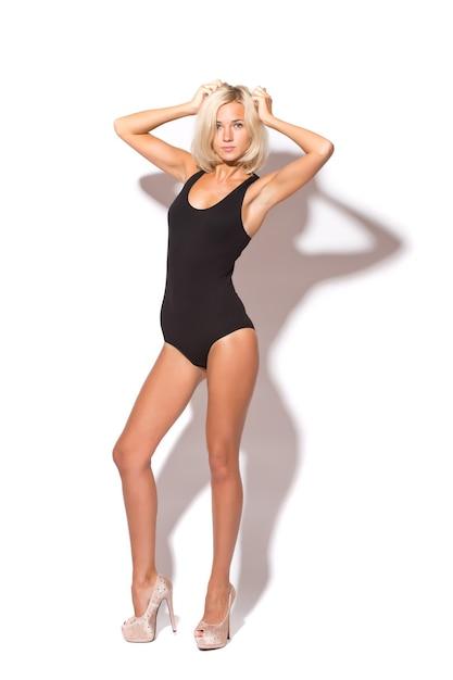 Nueva bailarina de mujer bonita break dancing aislado sobre un fondo blanco de estudio Foto gratis