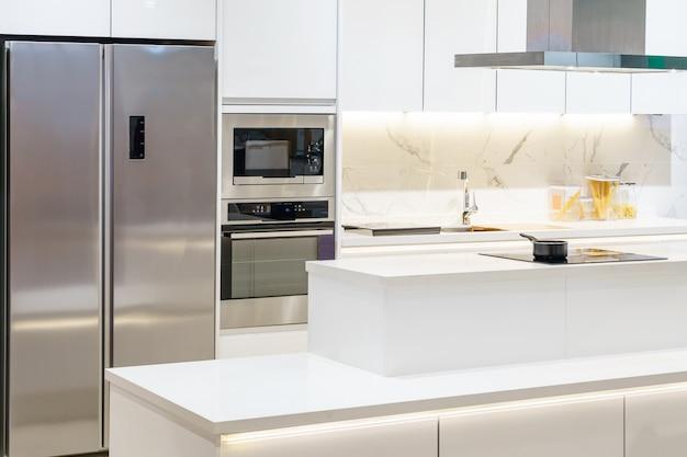 Nueva Cocina Moderna Luminosa Limpia Con Electrodomesticos De