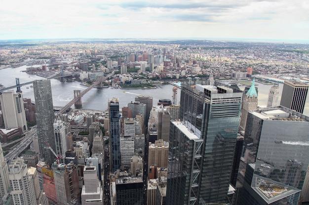 Nueva york, ee.uu.- junio 18,2018: vista aérea del edificio en la ciudad de nueva york desde un edificio de comercio mundial. Foto Premium