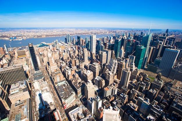 Nueva york manhattan panorama vista aérea con horizonte al atardecer. Foto Premium