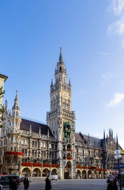 Nuevo ayuntamiento con la torre del reloj en la plaza central marienplatz en munich, baviera, alemania Foto Premium