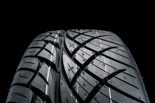 Nuevo neumático de automóvil moderno. Foto Premium
