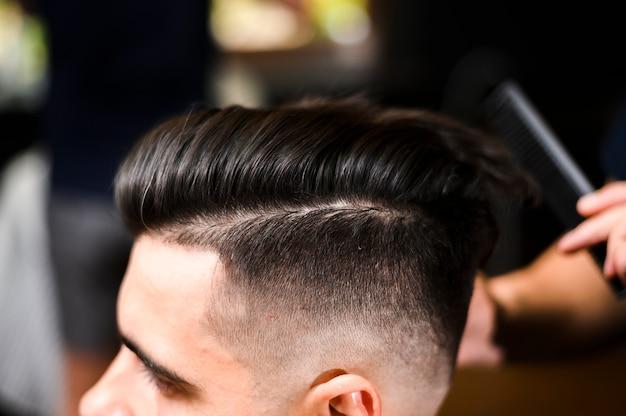 Nuevo peinado del cliente de primer plano Foto gratis