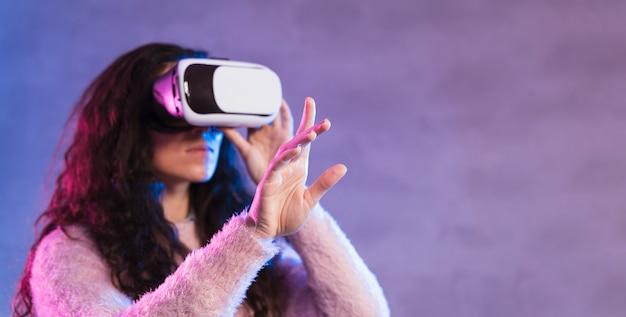 Nuevos auriculares de realidad virtual de tecnología de lado Foto gratis