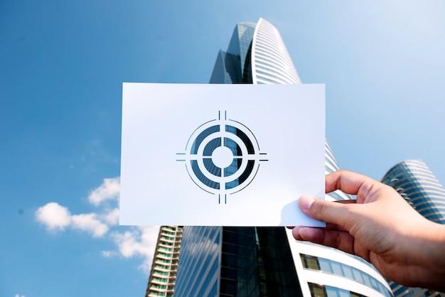 Los objetivos se centran en la aspiración de papel perforado en diana Foto gratis