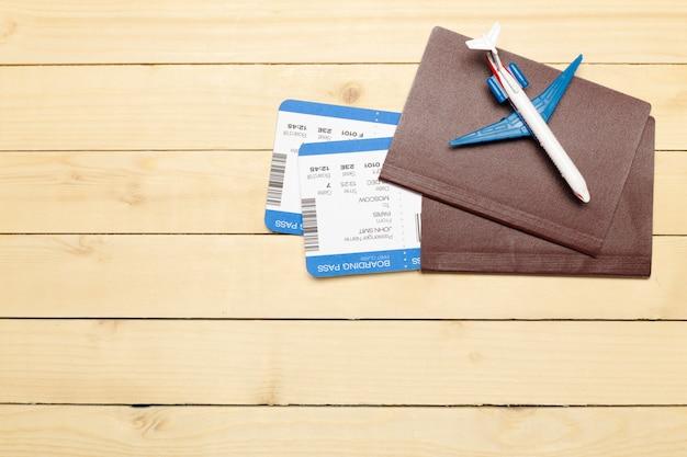 Objetos de viaje sobre fondo de madera Foto Premium