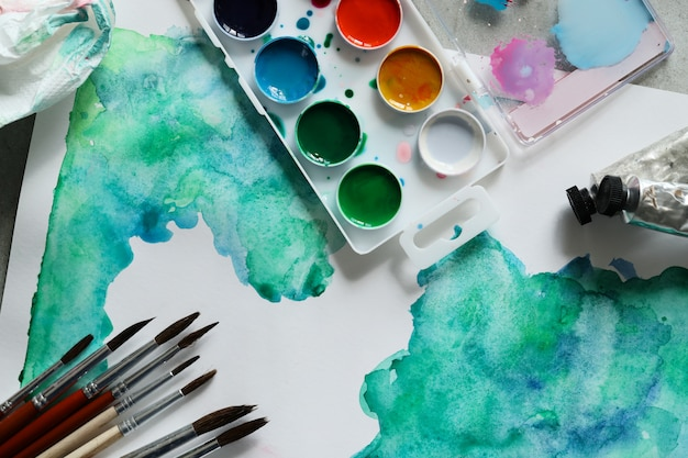 Obra abstracta pintura con acuarela. vista superior Foto gratis